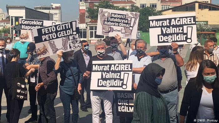Proteste für Pressefreiteit und gegen Gerichtsverhandlung gegen Journalisten in Istanbul (DW/B. Mumay)