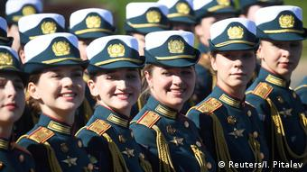 Улыбающиеся участницы парада в Москве