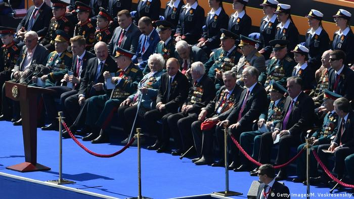Володимир Путін (у центрі) серед гостей параду до Дня перемоги