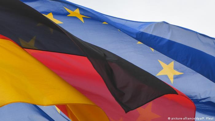 Flagge Deutschland vor der Fahne der EU (Foto: picture-alliance/dpa/P. Pleul)