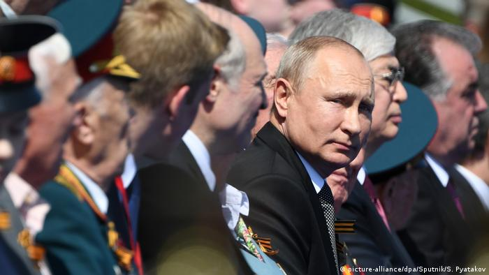 Russland Moskau   Vladimir Putin während Militärparade (picture-alliance/dpa/Sputnik/S. Pyatakov)