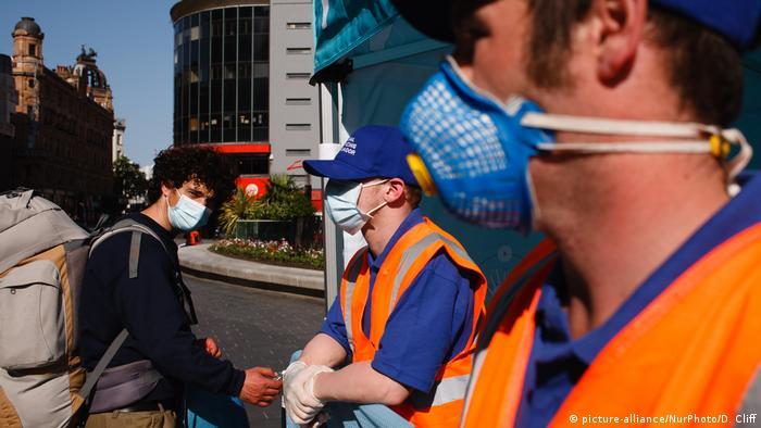 Ordnungskräfte und Passanten am Leicester Square in der britischen Hauptstadt (Foto: picture-alliance/NurPhoto/D. Cliff)