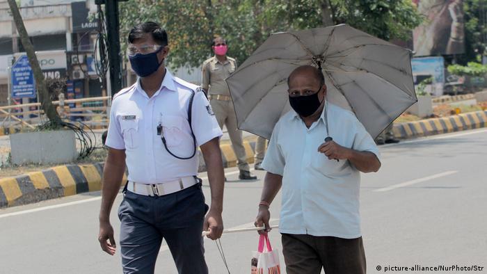 Indien Bhubaneswar | Polizei hilft blindem Mann über die Straße