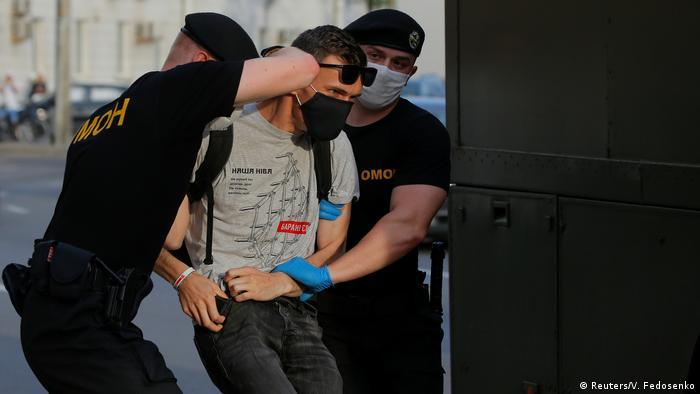 Weissrussische Polizisten nehmen Mann in Minsk fest (Reuters/V. Fedosenko)