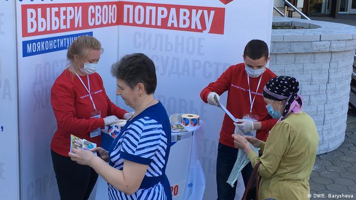 Balaşiha kentinde gönüllülerin düzenlediği referandum kampanyası çalışmaları
