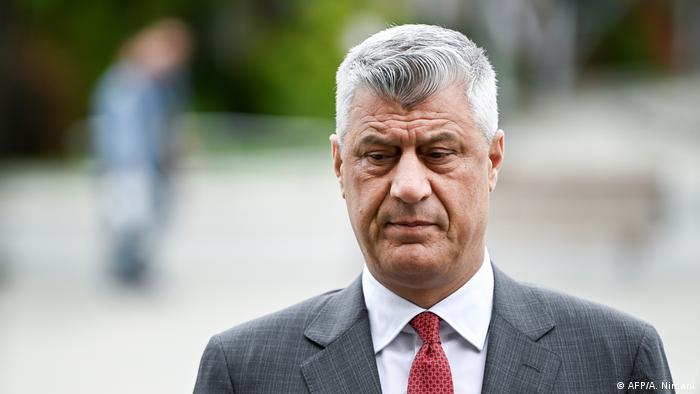 En detalle, Thaci está imputado de crímenes contra la humanidad y de crímenes de guerra, incluidos asesinato, desaparición forzada de personas, persecución y tortura durante el conflicto que acabó en la independencia de Kosovo a finales de la década de 1990, según la fiscalía del Tribunal Especial para Kosovo (24.06.2020).