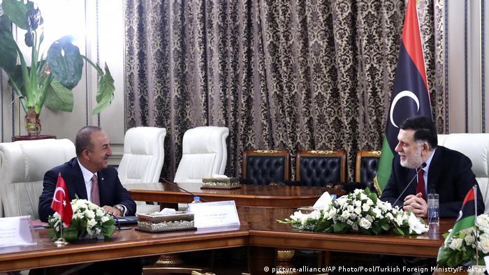 Dışişleri Bakanı Mevlüt Çavuşoğlu 17 Haziran'daki Trablus ziyaretinde UMH Başbakanı Fayiz Serrac ile.