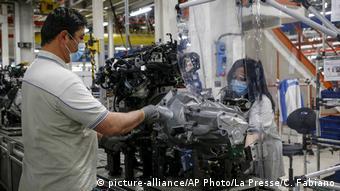 Рабочие одного из цехов завода FIAT в Атессе