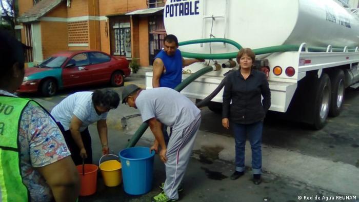 Suministro de agua con vehículos cisterna, una medida riesgosa, pero necesaria en tiempos de pandemia