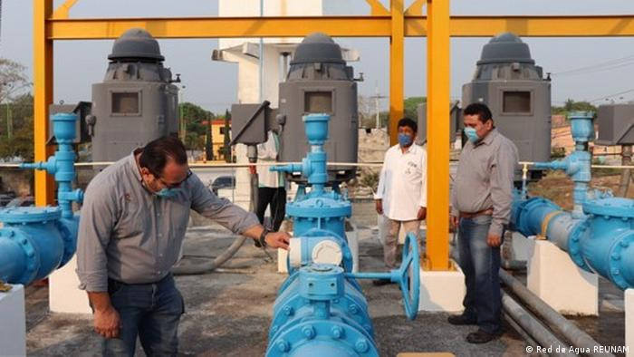 Expertos de la UNAM y funcionarios de la Ciudad de México inspeccionan el funcionamiento de una planta de agua.