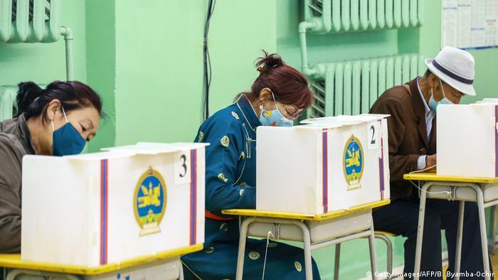 Der Corona-gemäße Wahltag in der Mongolei, hier ein Stimmlokal in der Hauptstadt Ulan Bator (Foto: Getty Images/AFP/B. Byamba-Ochir)