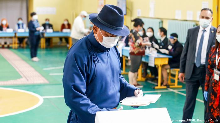 Mit Hut und Maske an der Wahlurne: der mongolische Ministerpräsident Ukhnaa Khurelsukh (Foto: Getty Images/AFP/B. Byamba-Ochir)