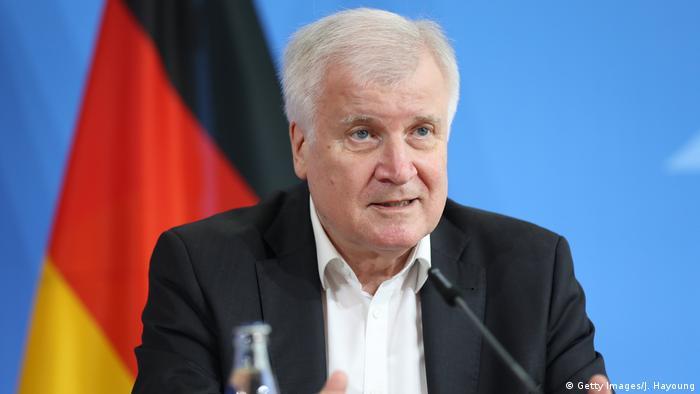 Глава МВД ФРГ Зеехофер не будет подавать заявления на журналистку | Новости из Германии о Германии | DW | 25.06.2020