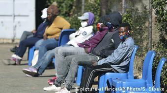 Patients devant un hôpital de Johannesburg