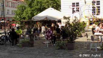 Люди сидят в кафе во Львове