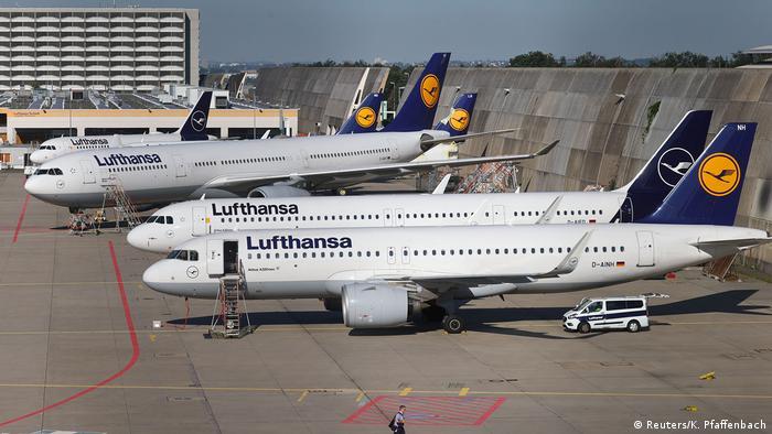 Pesawat Lufthansa parkir di bandara Frankfurt