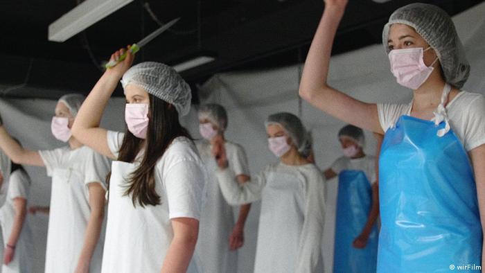 Film Regeln am Band - bei hoher Geschwindigkeit   Schüler proben Brechts Heilige Johanna der Schlachthöfe