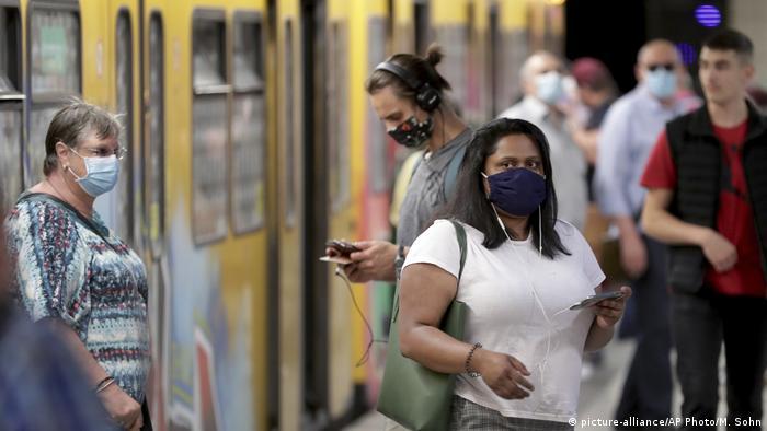 Passageiros usam máscara em estação de metrô em Berlim