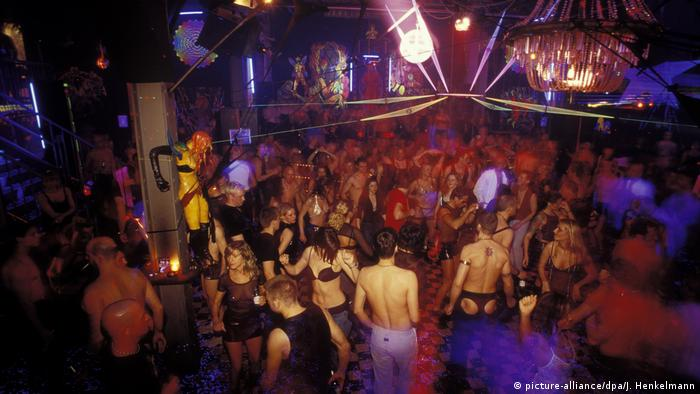 People on the dancefloor at the KitKatClub in Berlin (picture-alliance/dpa/J. Henkelmann)