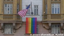 Russland Regenbogenfahne an der US-Botschaft in Moskau