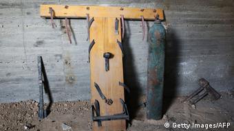 Орудия пыток, использовавшиеся при допросах узников подземной тюрьмы в городе Дума