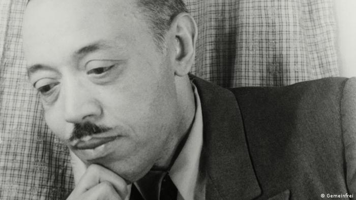 Black and white photo of a man in a thoughtful pose: William Grant Still (Gemeinfrei)