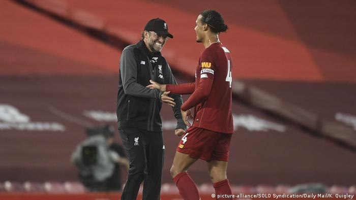 England | Jürgen Klopps Manager von Liverpool feiert mit Virgil van Dijk (picture-alliance/SOLO Syndication/Daily Mail/K. Quigley)