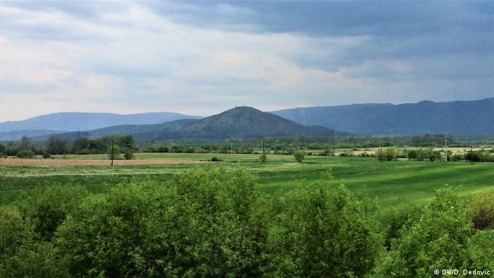 Bosnien und Herzegowina   Spreca-Tal bei Kalesija mit dem Berg Vis