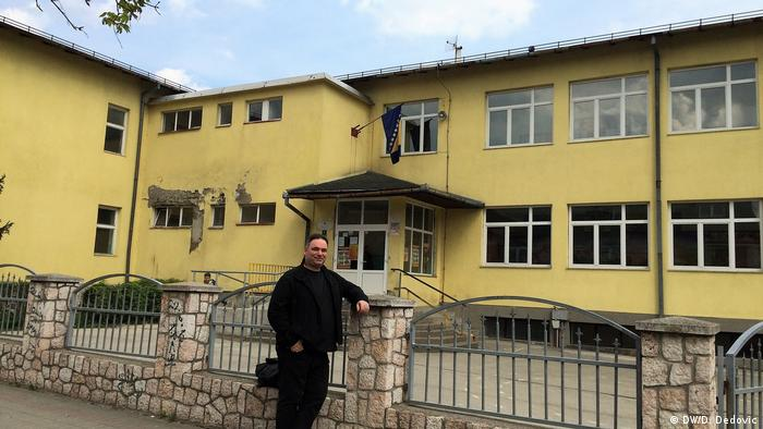 Pedeset godina kasnije: Dragoslav Dedović pred osnovnom školom u Kalesiji