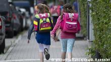 Frankfurt zwei Schülerinnen einer Grundschule rennen