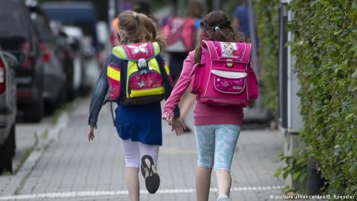 Frankfurt zwei Schülerinnen einer Grundschule rennen (picture-alliance/dpa/B. Roessler)