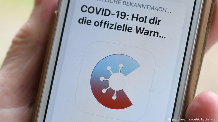 Nutzung der Corona-Warn-App auf einem Smartphone
