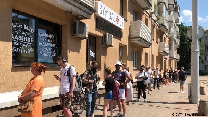 Черга перед крамницею Symbal.by в Мінську