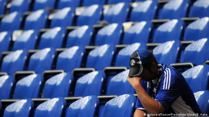 Enttäuschter Fan beim Spiel 1. Bundesliga, 33. Spieltag: Schalke - Bremen (picture-alliance/Pressefoto Ulmer/B. Hake)