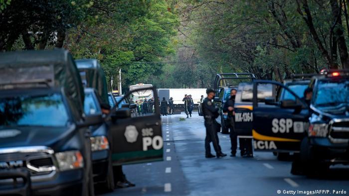 Policías resguardan el lugar donde fue atacado Omar García Harfuch.