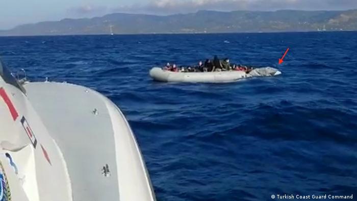 Hasar gören botun fotoğrafının Türk Sahil Güvenliği tarafından çekildiği belirtiliyor.