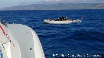 Πλοίο της τουρκικής ακτοφυλακής διασώζει πρόσφυγες μετά από επαναπροώθηση - Η φωτογραφία δόθηκε στη DW από την τουρκική ακτοφυλακή (Πηγή: sg.gov.tr)