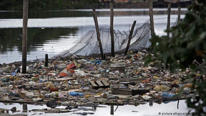 Dejetos se acumulam em ecobarreira do biólogo Mario Moscatelli na Baía de Guanabara