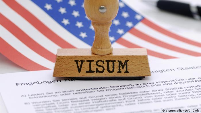 Флаг США и штамп с надписью VISUM