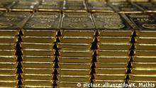 ARCHIV - 14.03.2008, Schweiz, Mendrisio: Ein-Kilogramm Goldbarren im Lager der Goldverarbeitungsfirma Argor-Heraeus in Mendrisio, Tessin, Schweiz. Edelmetallhändler berichten von Schwierigkeiten beim Nachschub von Goldmünzen und von Goldbarren, weil auch der Handel mit dem Edelmetall unter den Folgen der Corona-Pandemie leidet. Viele Firmen, die führend in der Verarbeitung des Edelmetalls sind, haben ihren Sitz im Schweizer Kanton Tessin. Der Kanton liegt an der Grenze zu Italien und ähnlich wie im Nachbarland mussten auch im Tessin alle Unternehmen, die nicht systemrelevant sind, ihre Produktion einstellen. Foto: Karl Mathis/Keystone/epa/dpa +++ dpa-Bildfunk +++ |