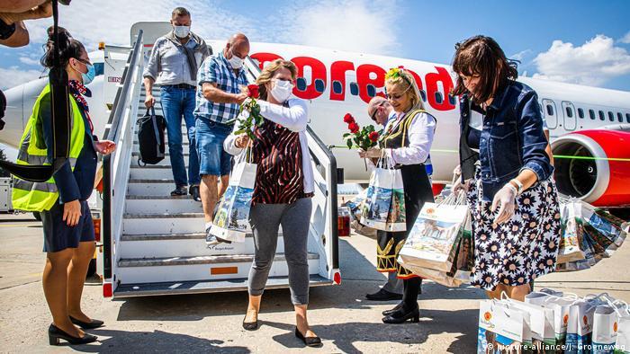 Llegan los primeros turistas a Bulgaria en la pandemia, el 26 de junio de 2020.