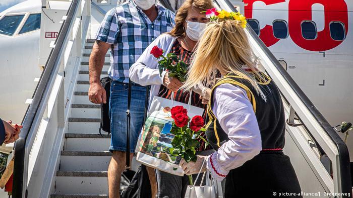 България посрещна с рози първите чуждестранни туристи