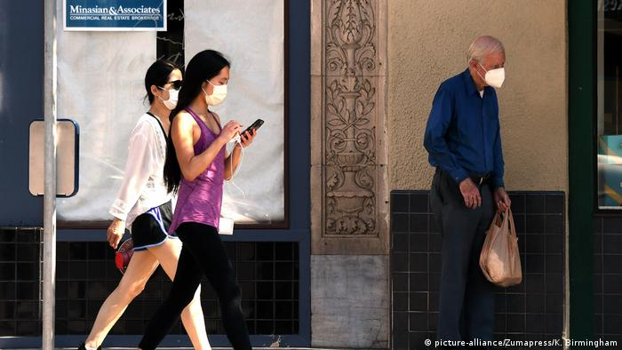 USA Kalifornien Menschen mit Schutzmasken