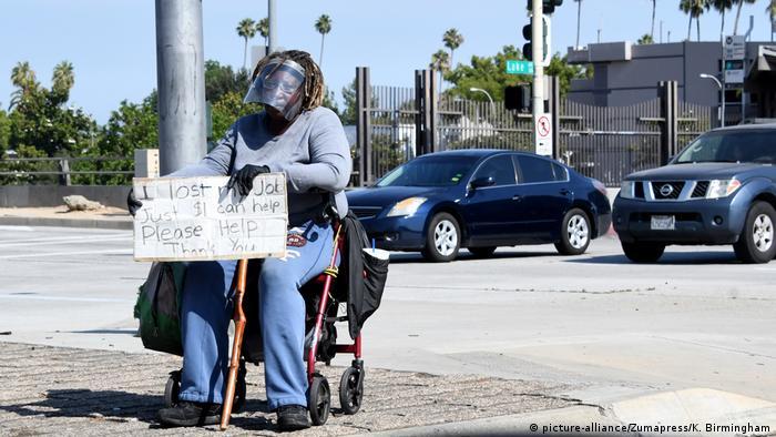 Eine Afroamerikanerin mit Plexiglas-Visier bittet in Pasadena in Kalifornien um Hilfe (Foto: picture-alliance/Zumapress/K. Birmingham)