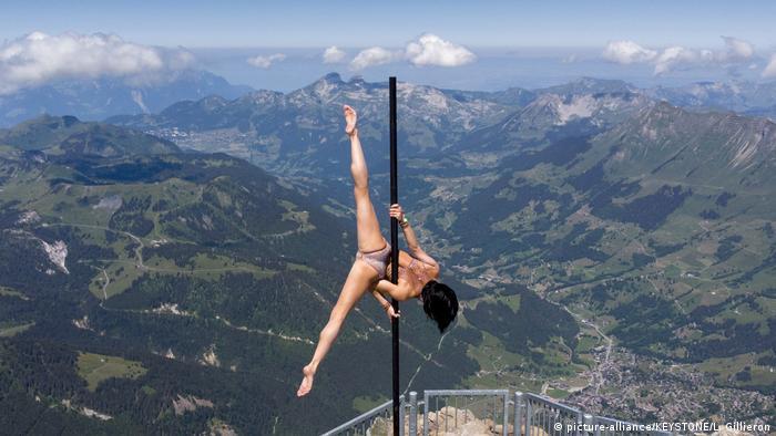 Akrobatkinja Sheila Nicolodi jedna je od umjetnica koji su na događaju Glacier 3000 Air Show željeli skrenuti pažnju na dramatičnu situaciju u organizatorskoj branši. Zajedno sa drugim kolegama priredila je spektakl na 3000 metara nadmorske visine.