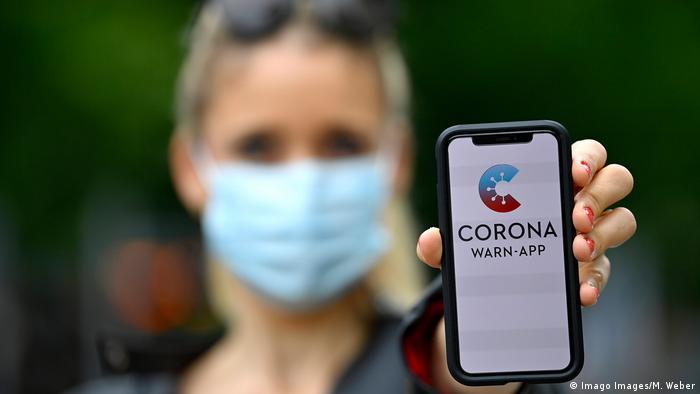 Smartphone mit Corona Warn-APP