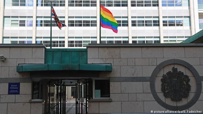 Флаги Великобритании и ЛГБТ на территории британского посольства в Москве