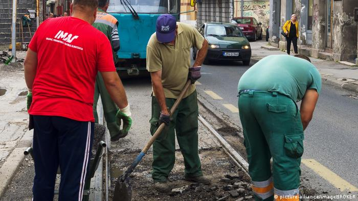 Bosnien Herzegowina | Männer arbeiten an der Straßenbahnspur (picture-alliance/imageBROKER)