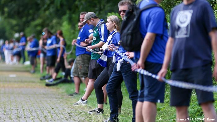 Fußball Demonstration von Schalke Fans gegen Clemens Tönnies