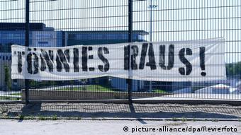 Призыв Долой Тённиса! на ограде стадиона Шальке 04 в Гельзенкирхене